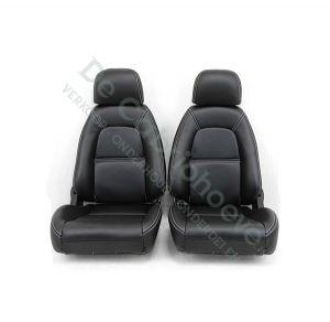 Set lederen stoelen (zwart met wit stiksel) gemonteerd op stoel