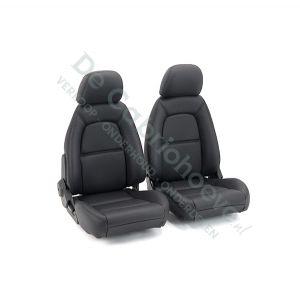 Set lederen stoelen (zwart met zwart stiksel) gemonteerd op stoel