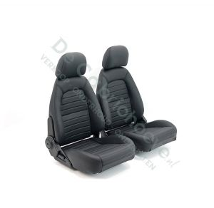 Set lederen stoelen met patroon (zwart met zwart stiksel) gemonteerd op stoel