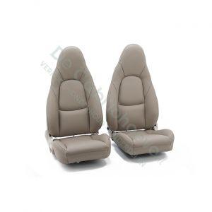 MX5 Set leren stoelen (beige met beige stiksel en zijkanten) gemonteerd op stoel