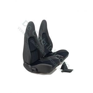 MX5 Set leren stoelen (zwart suède met wit stiksel) gemonteerd op stoel