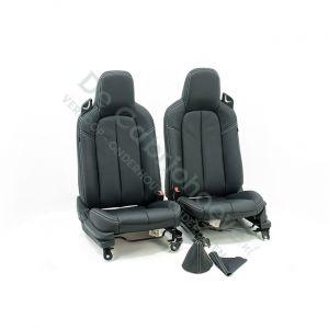 MX5 Set leren stoelen (zwart met wit stiksel) met hoogte verstelling gemonteerd op stoel