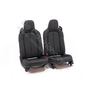 MX5 Set leren stoelen (zwart met bordeaux rood stiksel) gemonteerd op stoel