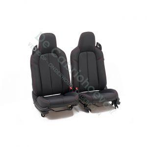 MX5 Set leren stoelen (zwart met rood stiksel) gemonteerd op stoel