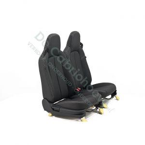MX5 Set leren stoelen (zwart met wit stiksel) gemonteerd op stoel